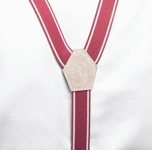 Mężczyzna w koszuli z drewnianą muszką i stylowymi męskimi szelkami