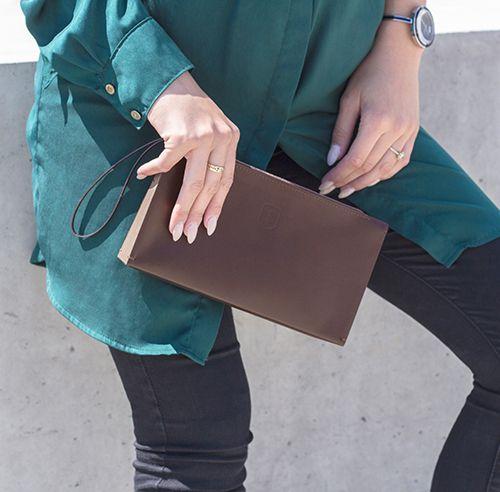 Brunetka z elegancką kopertówką